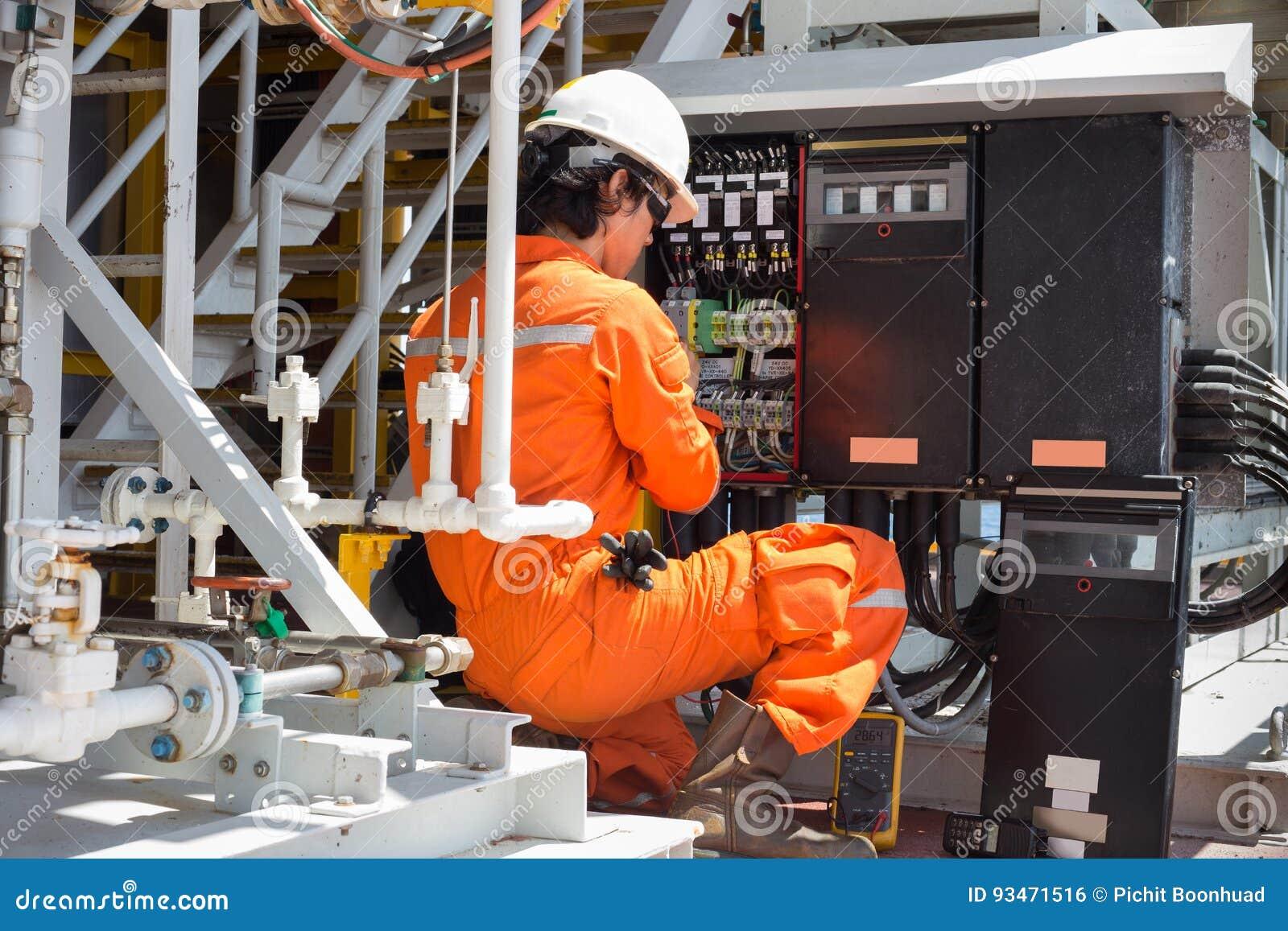 电子和仪器技术员维护电系统
