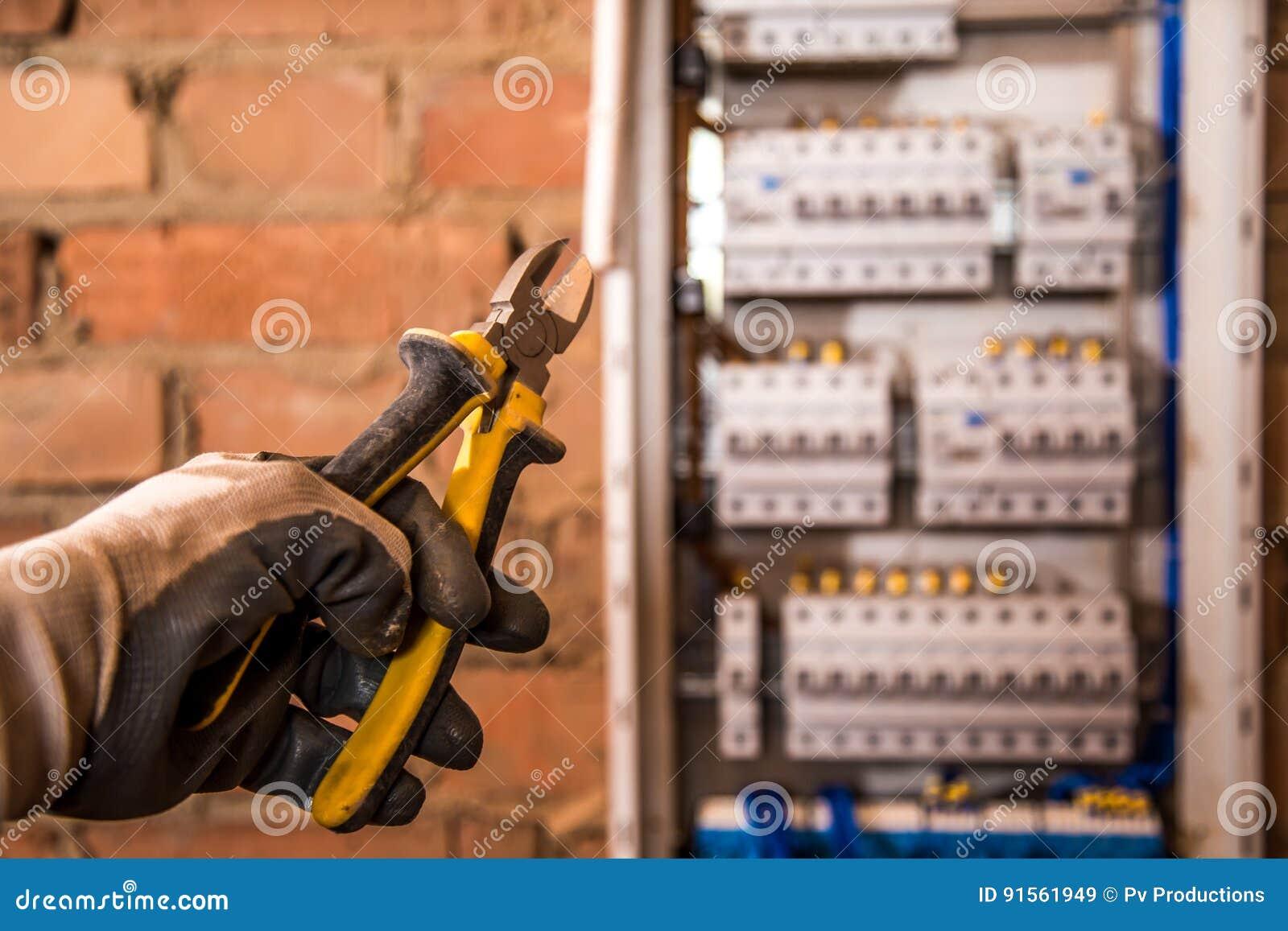 电子盘区、电工工作、一个机器人有导线的和开关的装配