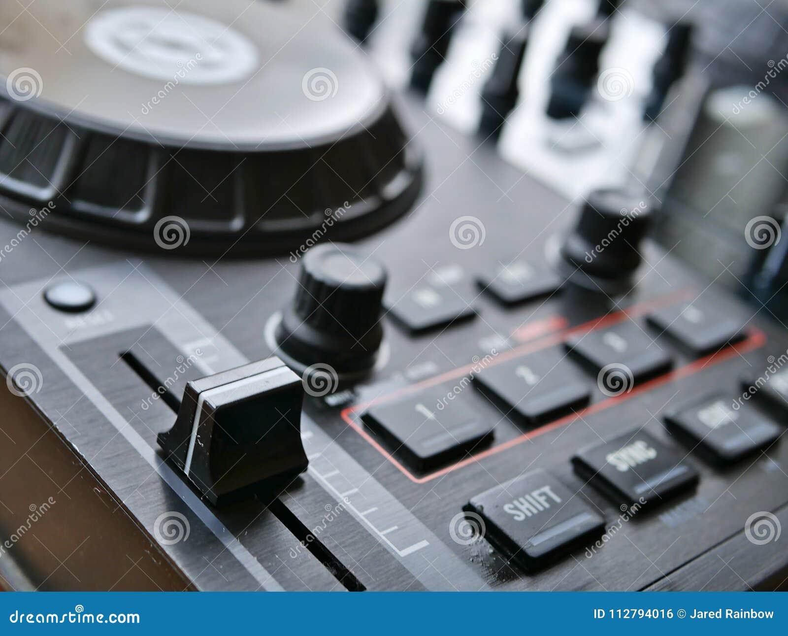 电子舞蹈音乐数字式音频dj适应与瘤,音量控制器,在edm节日