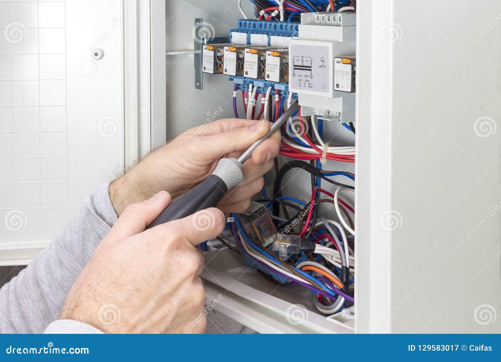 电工在一个电子盘区的工作