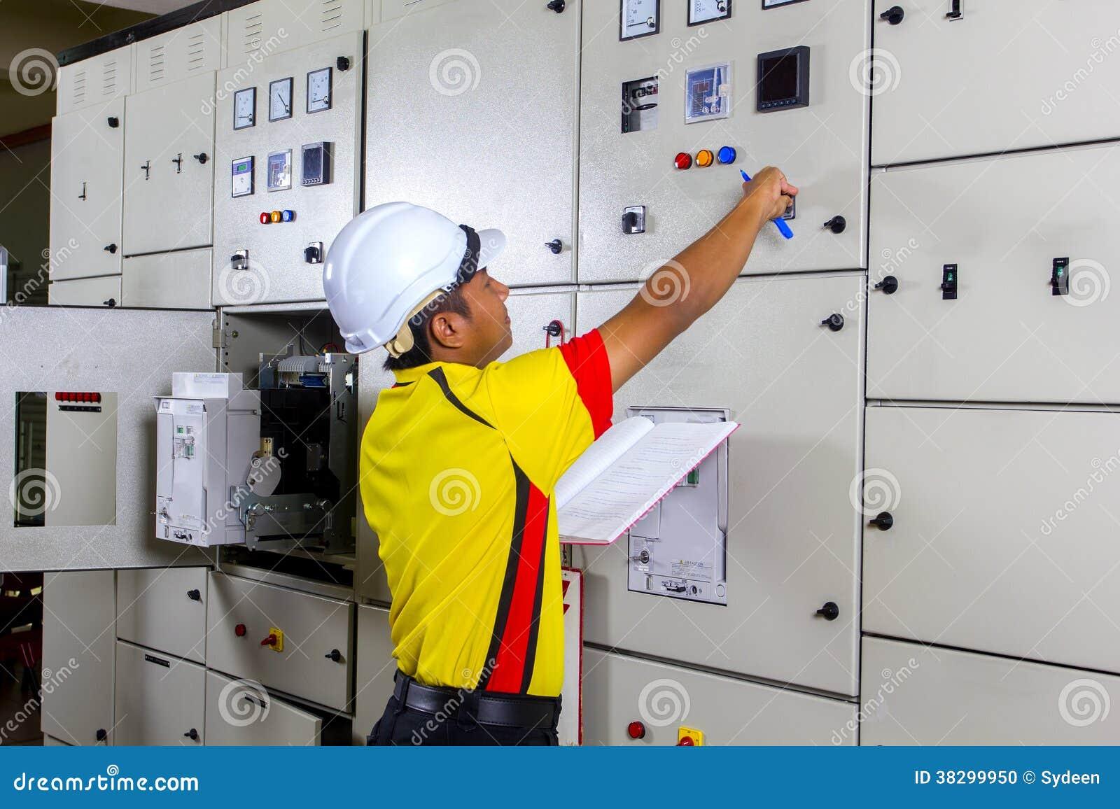 年轻电工在工作