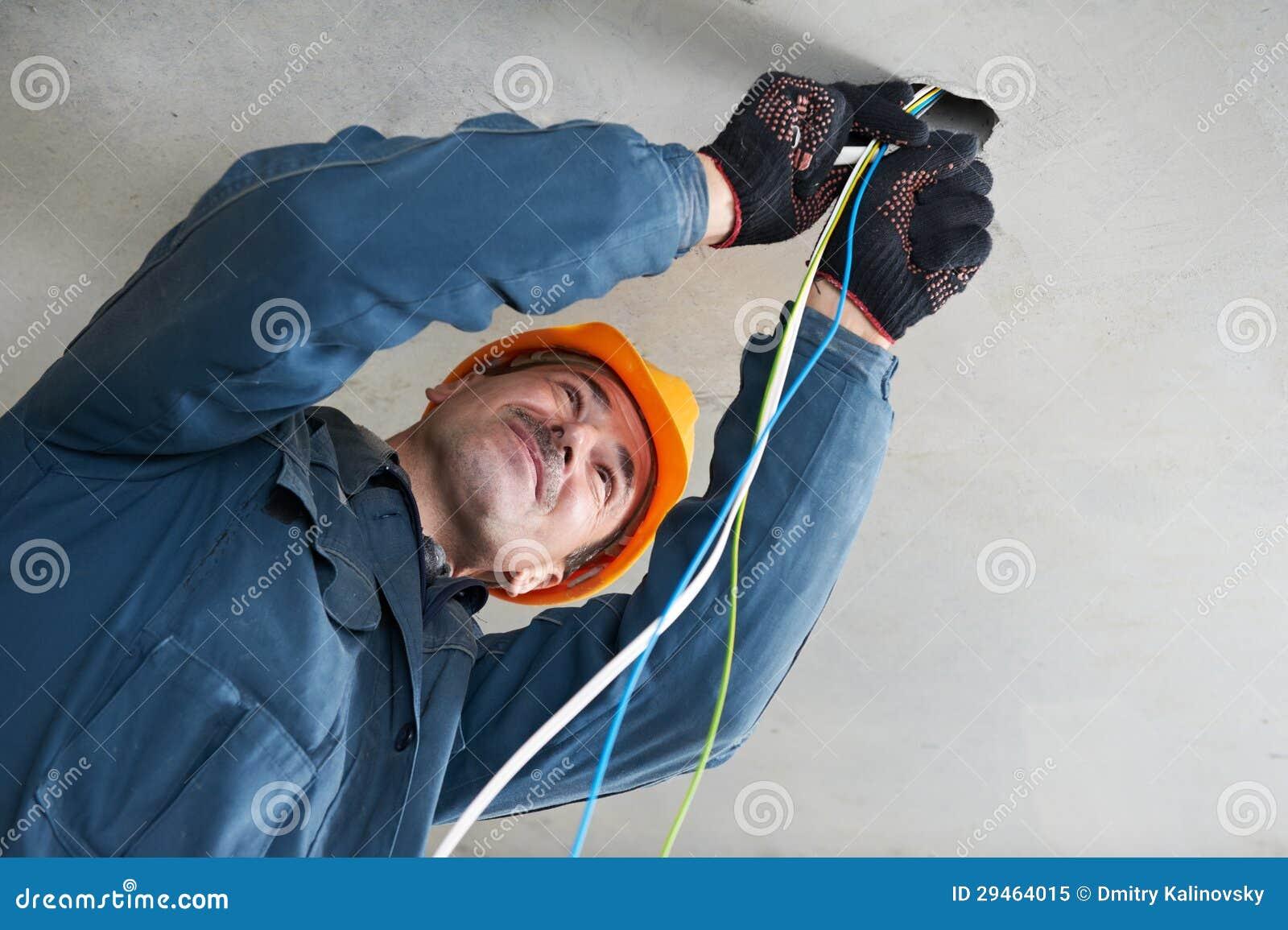 电工在接线工作