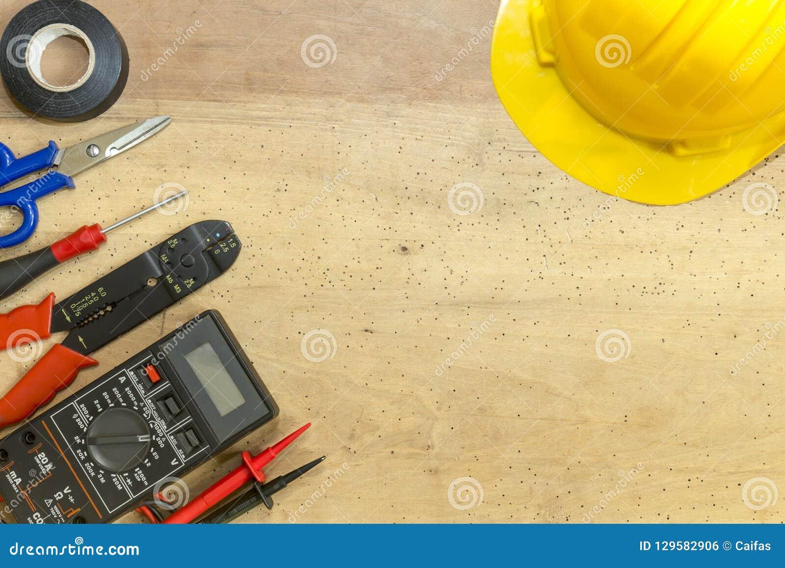 电工工具、组分和仪器在木背景