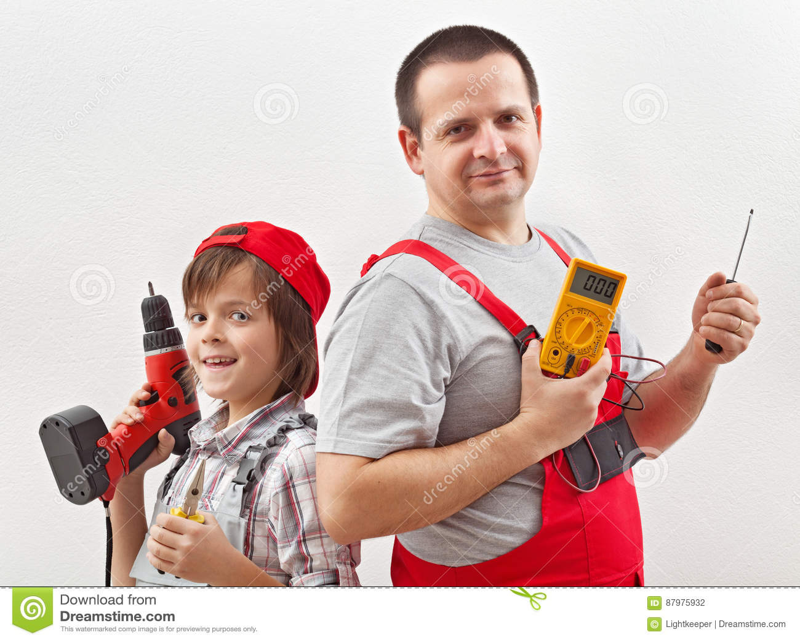 电工父亲和帮助的儿子准备好工作