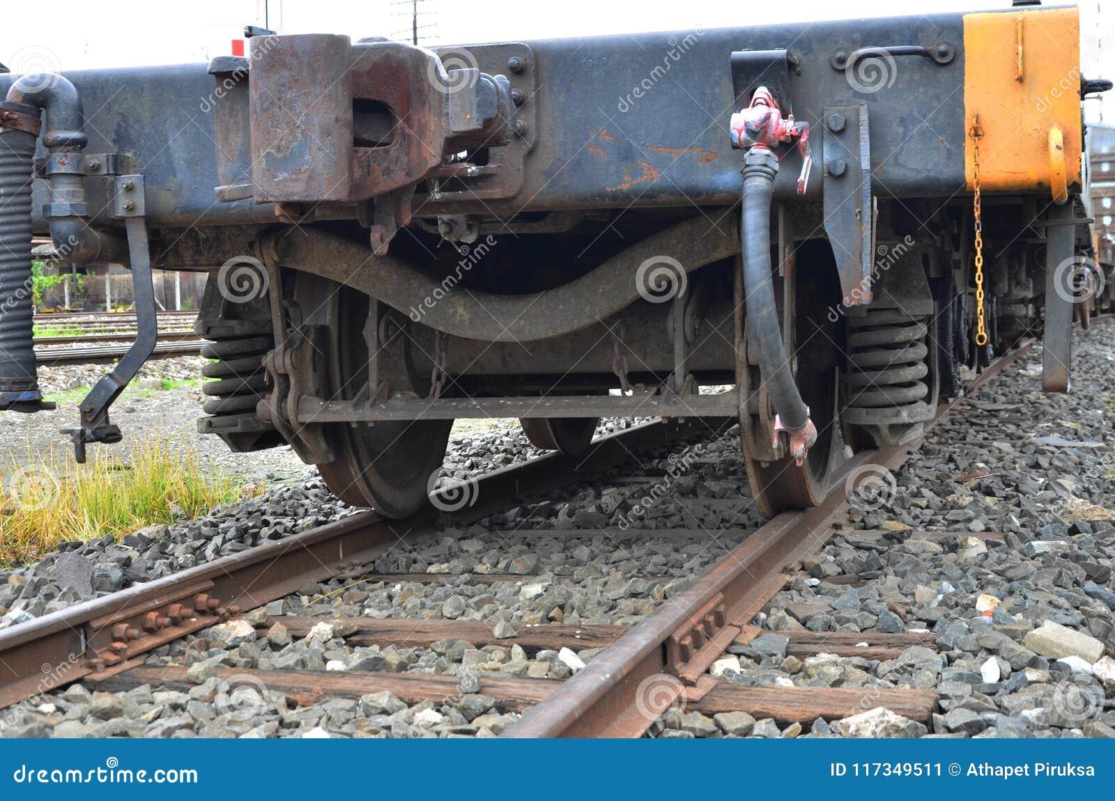 电烙轮子和铁路货运火车春天震动