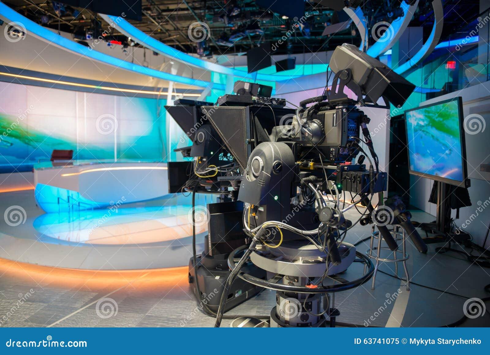 电视快讯有照相机和光的塑象演播室