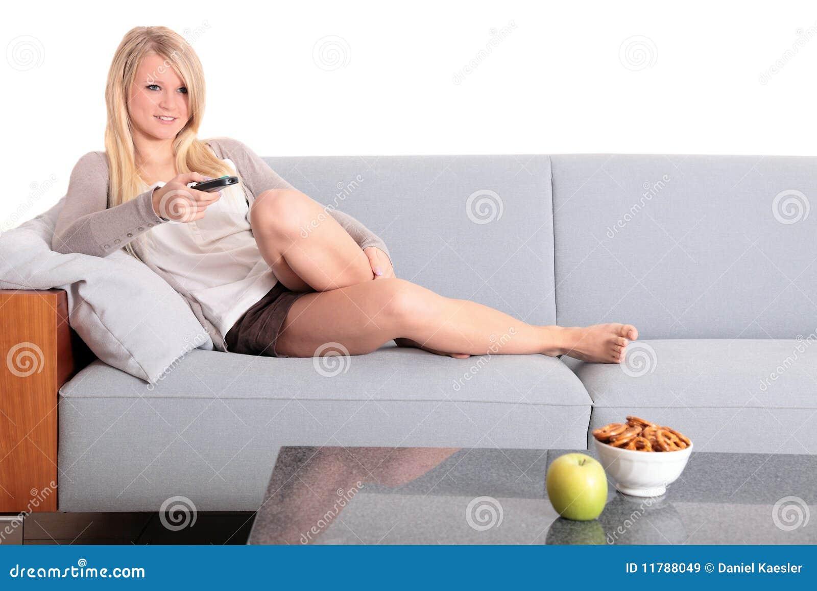 电视注意的妇女年轻人