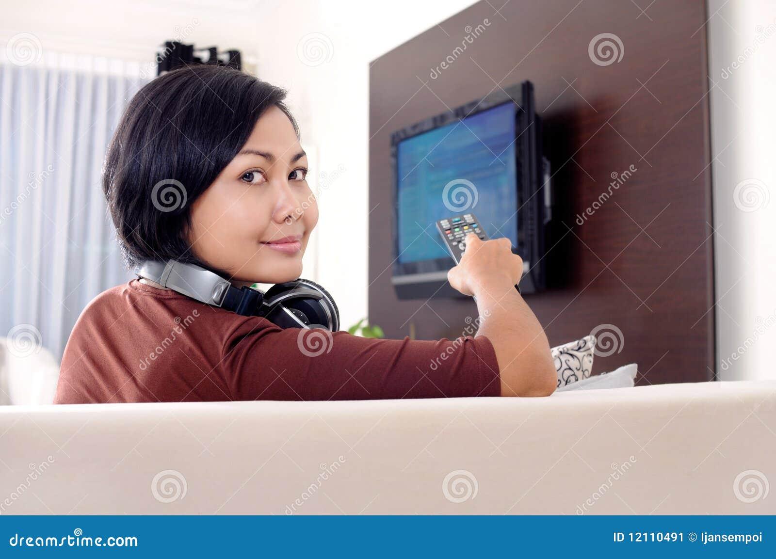 电视注意的妇女