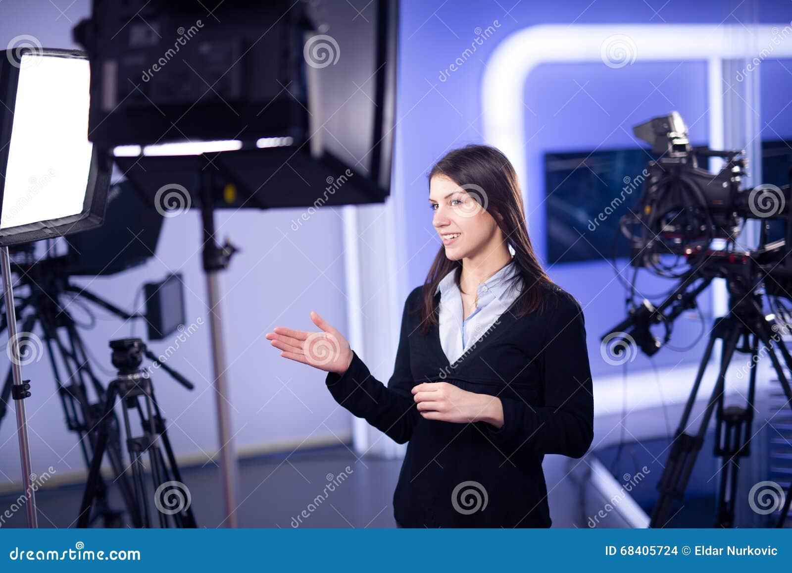 电视赠送者录音在新闻演播室 提出业务报告的女性新闻工作者船锚,记录在电视演播室