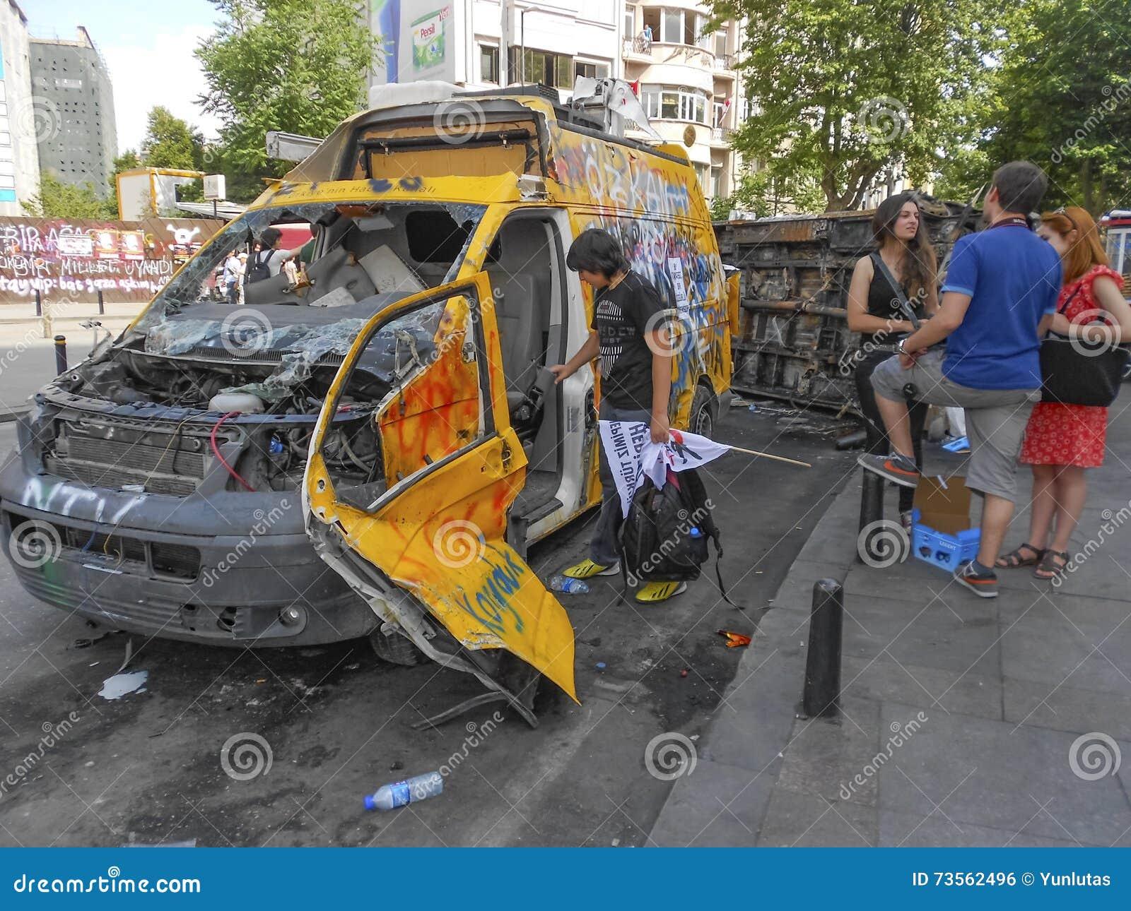 电视频道在塔克西姆广场损坏的广播车