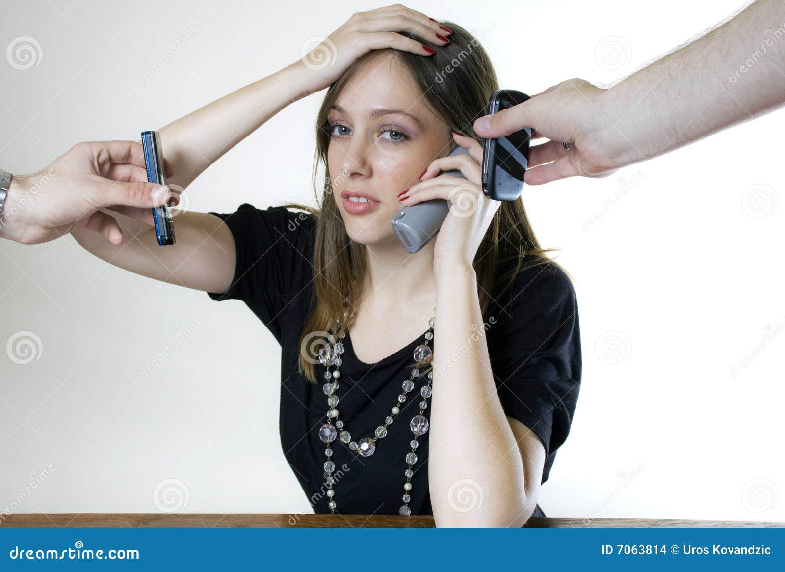 电话三个妇女年轻人