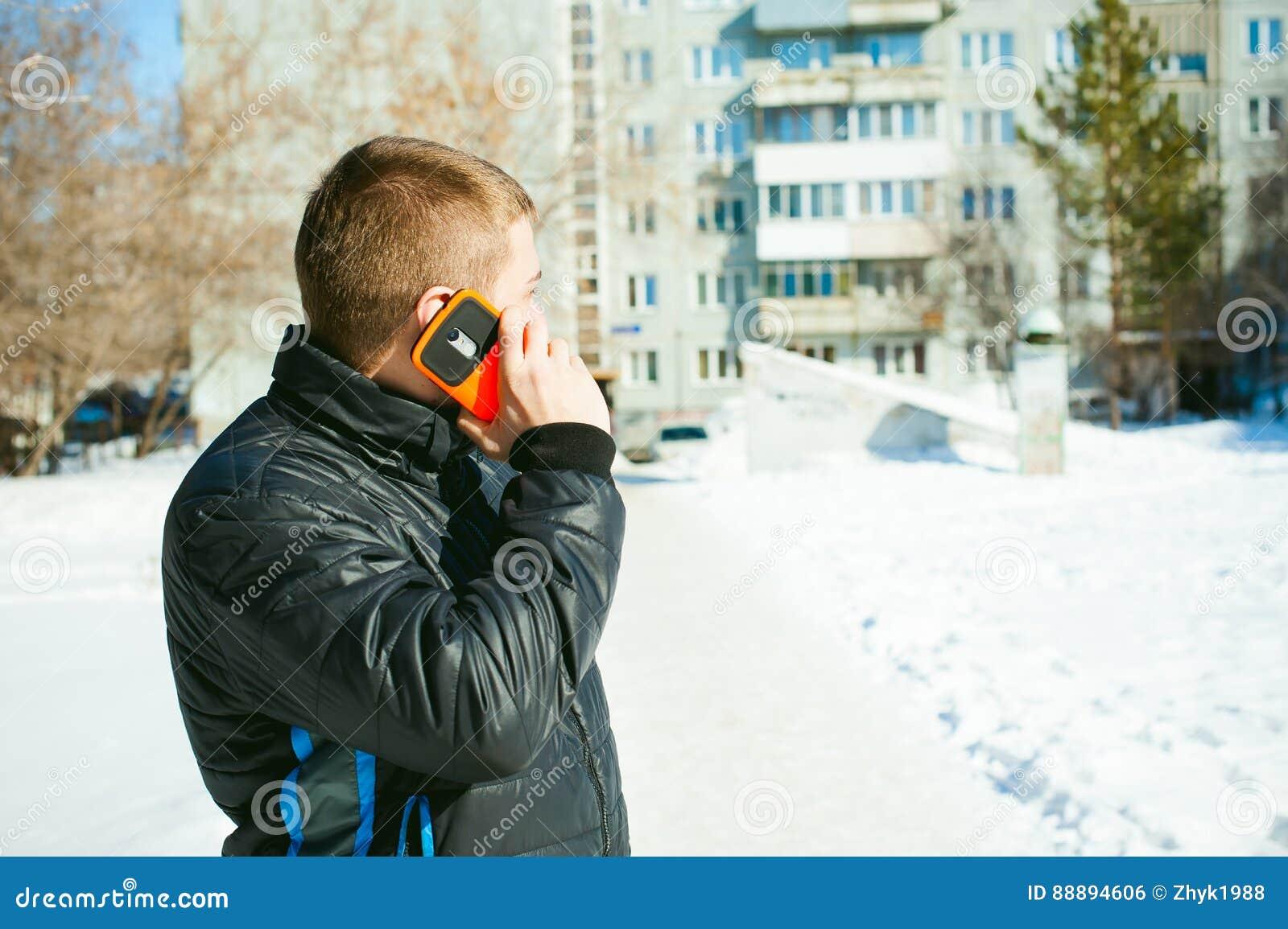 电话人 人在手机谈话