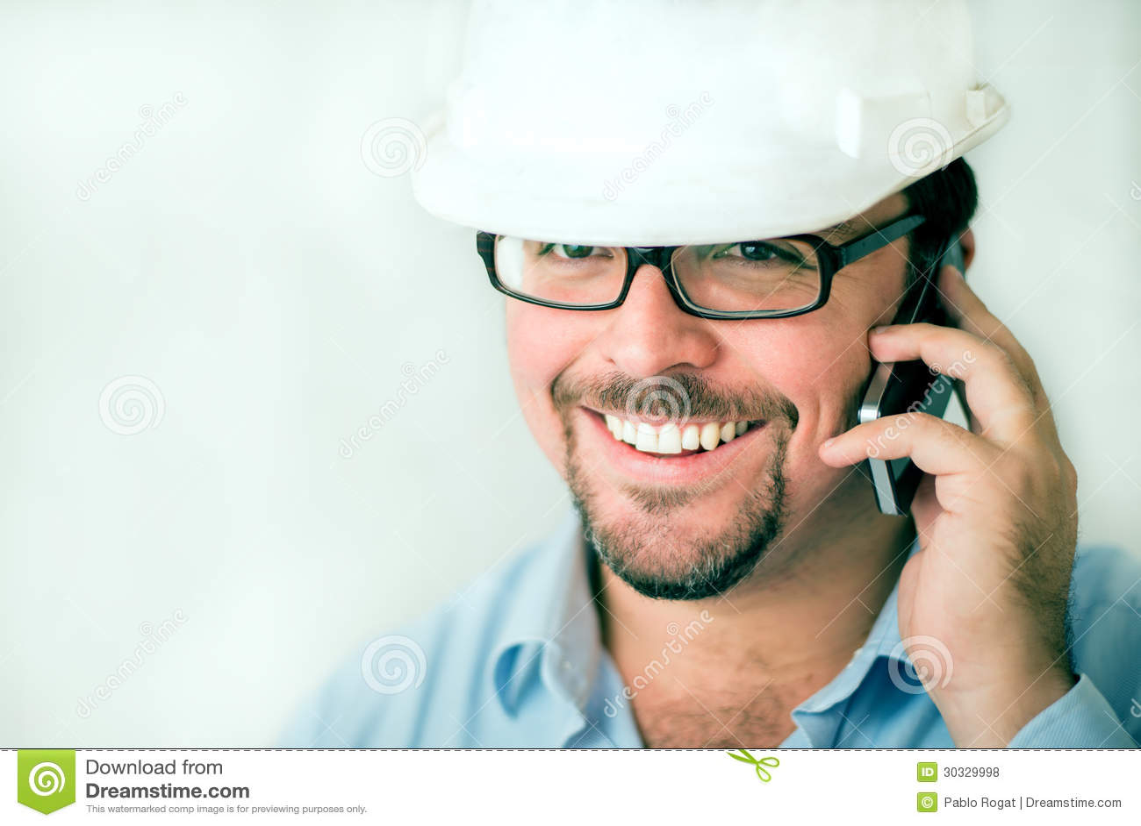 电话的年轻男性工程师