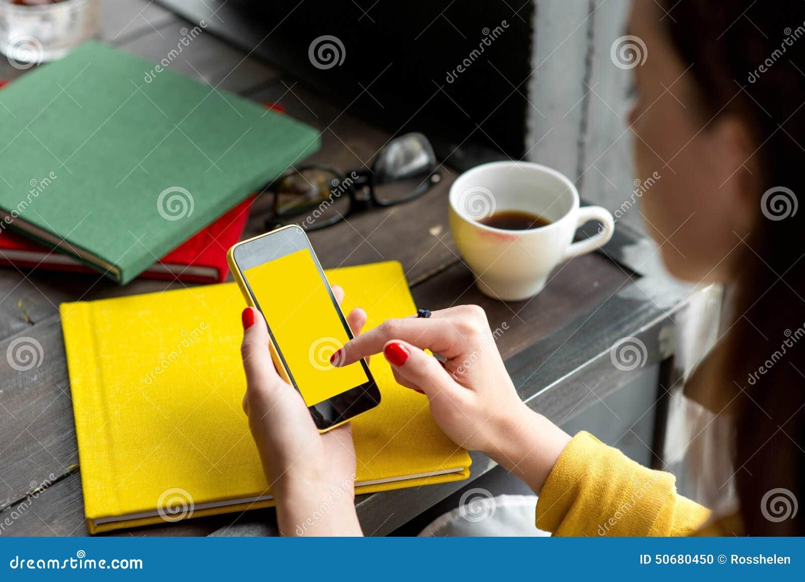 Download 电话聪明使用 库存照片. 图片 包括有 杯子, 阿帕卢萨马, 藏品, 信息, 教育, 设计员, 咖啡馆, 设备 - 50680450