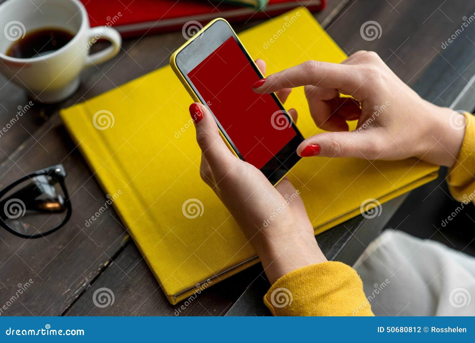 Download 电话聪明使用 库存照片. 图片 包括有 技术, 服务台, 查找, 小配件, 办公室, 搜索, 五颜六色, 移动 - 50680812