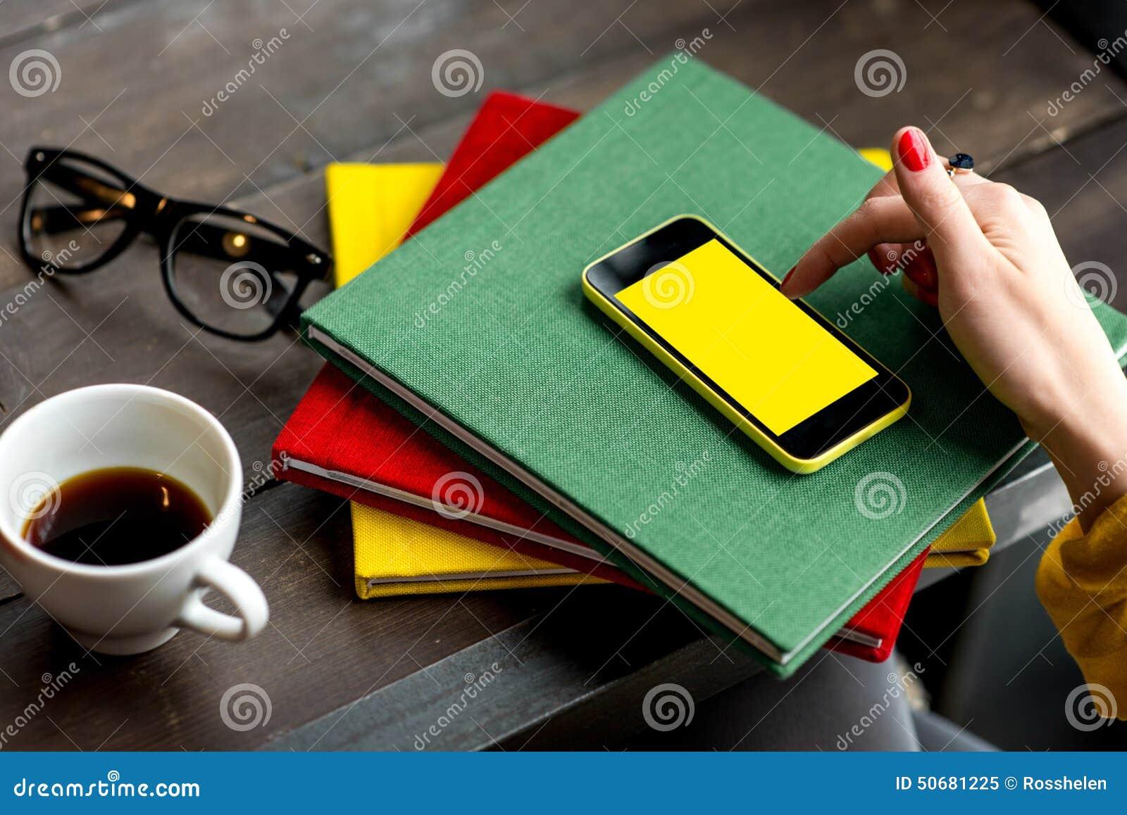 Download 电话聪明使用 库存图片. 图片 包括有 钉书匠, 颜色, 移动, 社会, 红色, 电池, 五颜六色, 阿帕卢萨马 - 50681225