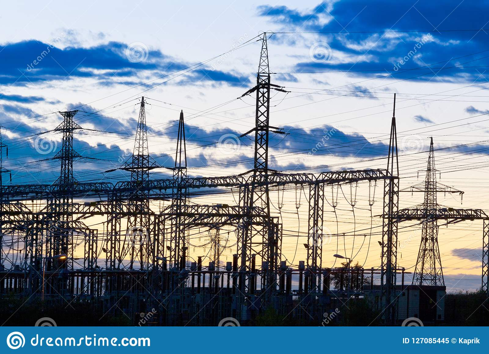 电-力量能源业-在太阳的电杆