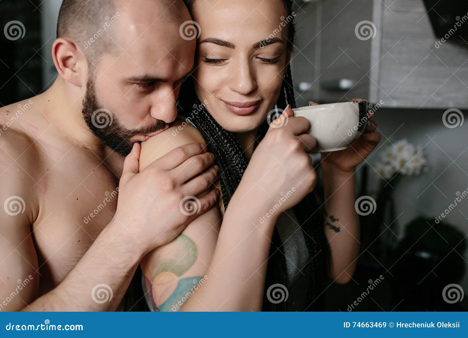 男人和妇女在厨房里