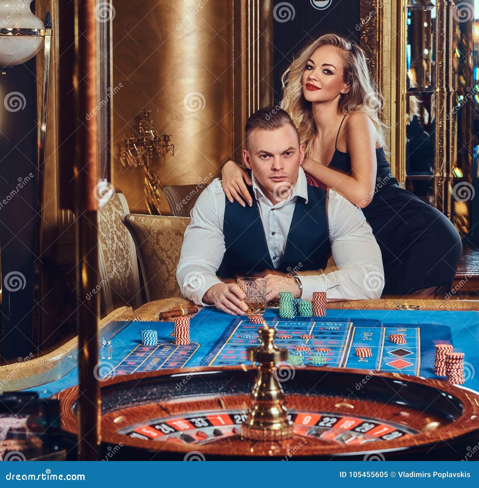男人和妇女在赌博娱乐场