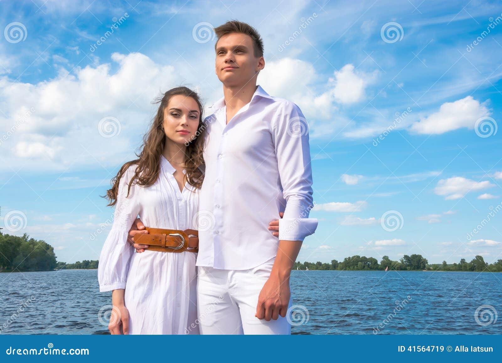 男人和妇女在水背景拥抱图片