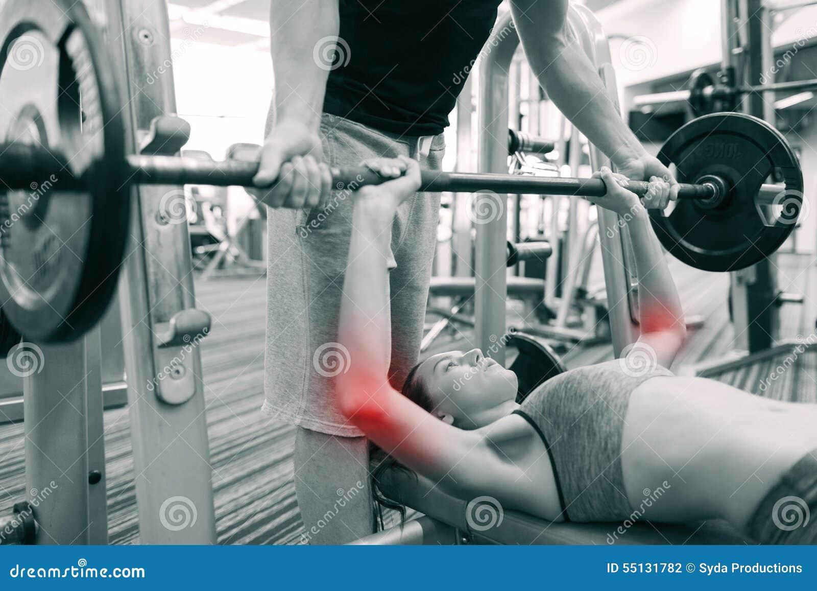 v屈曲,屈曲伤害和人杠铃-少妇和概念教练员与个人体育在健身房的肌肉.中国电子竞技联合会图片