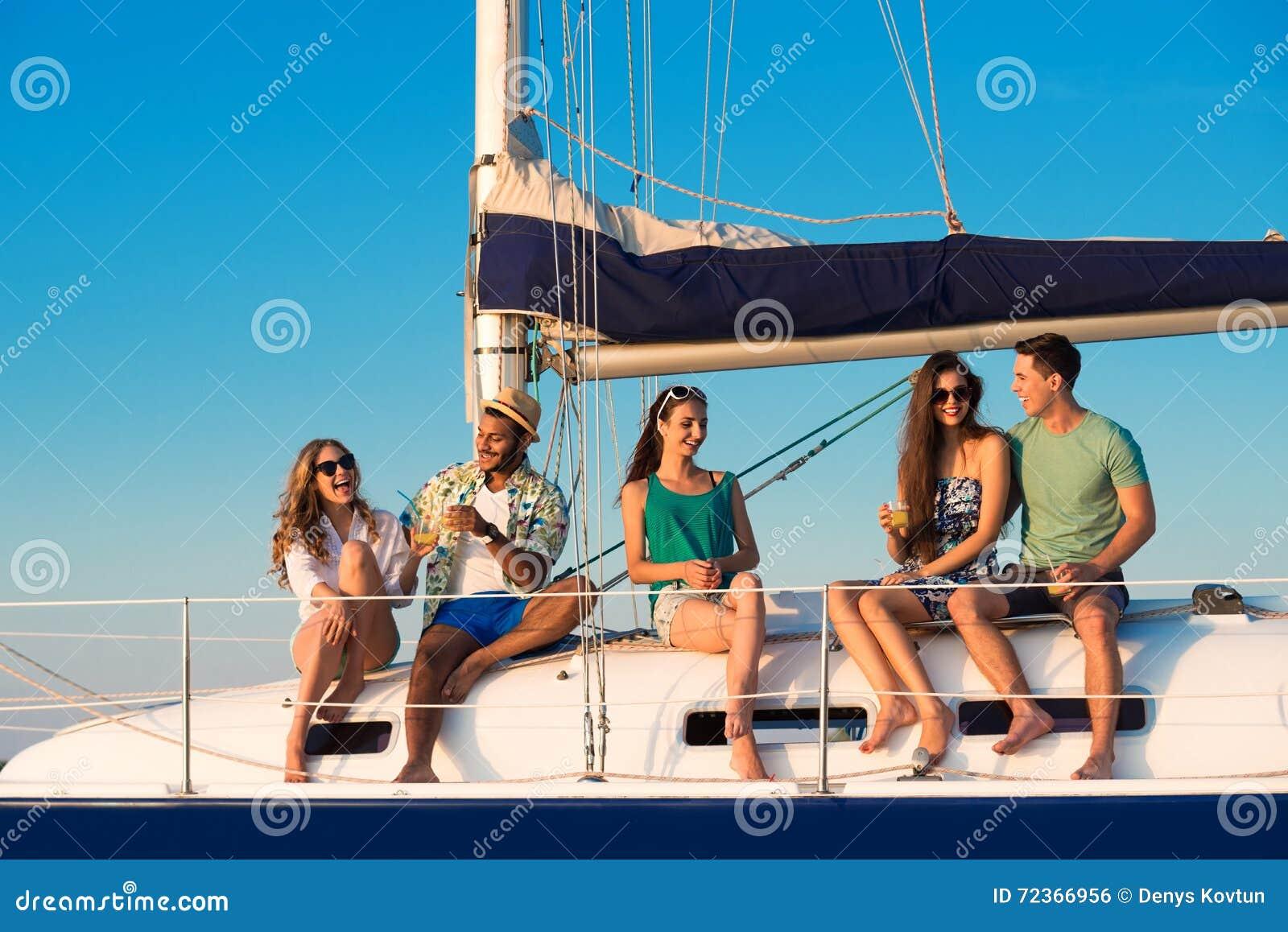 男人和妇女游艇的
