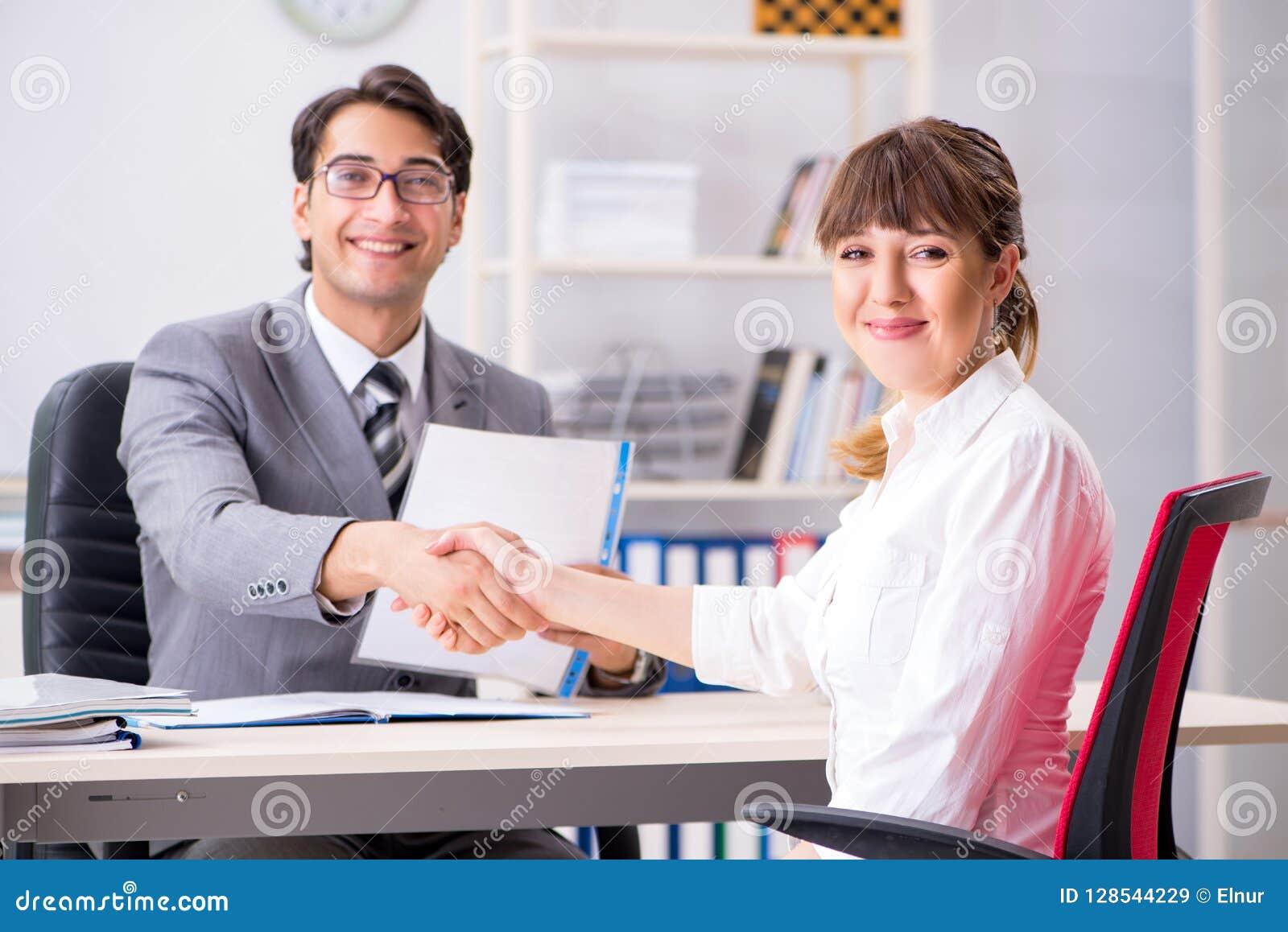 男人和妇女谈论在办公室