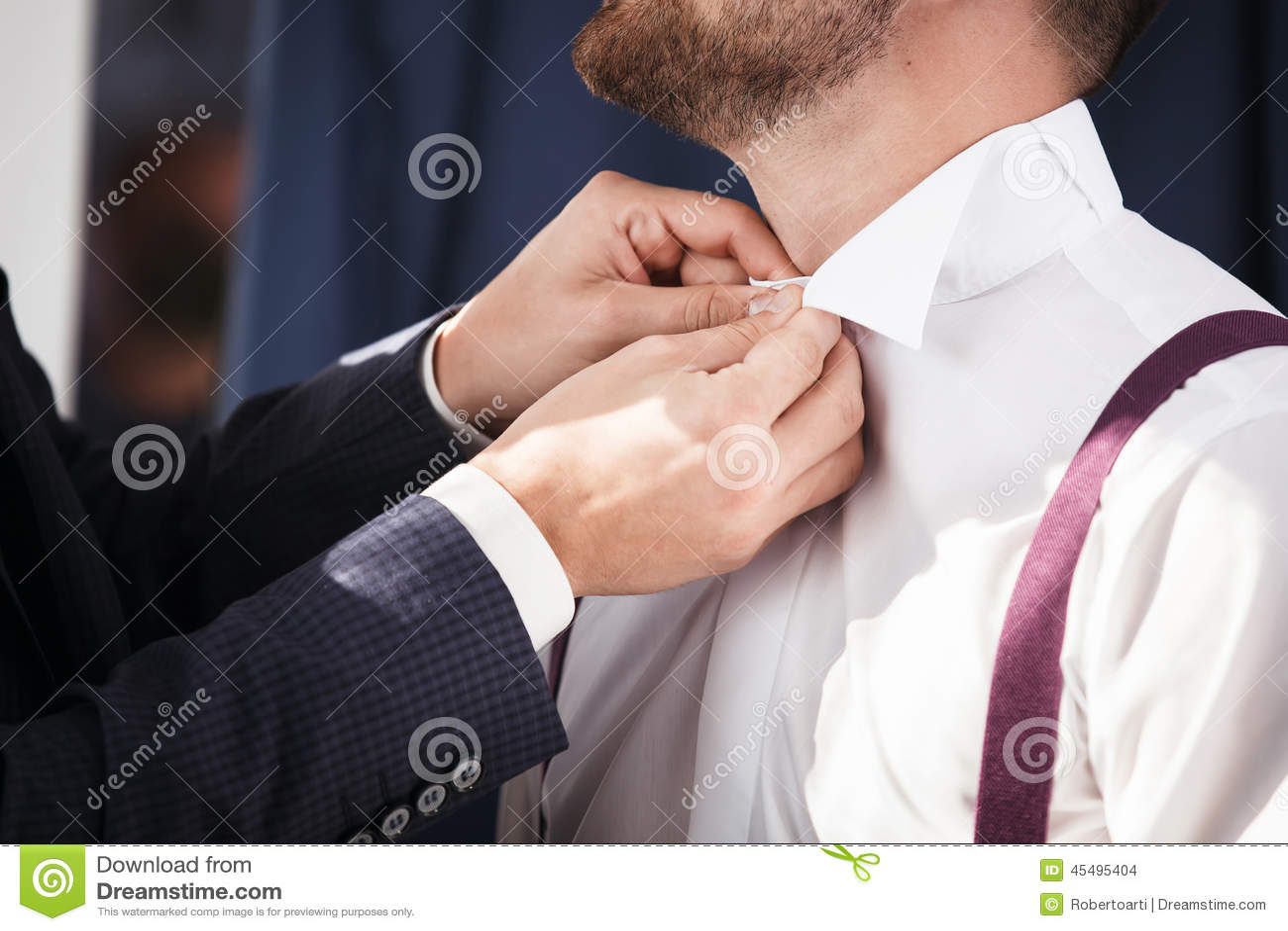 男傧相帮助修饰穿上衬衣