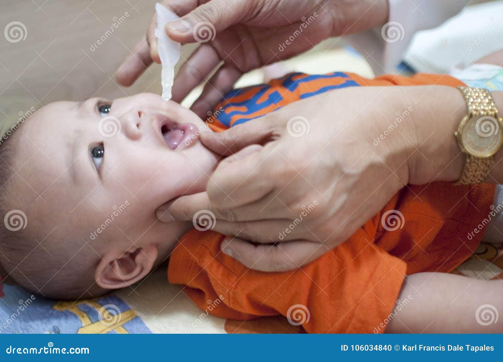 男婴的口头接种