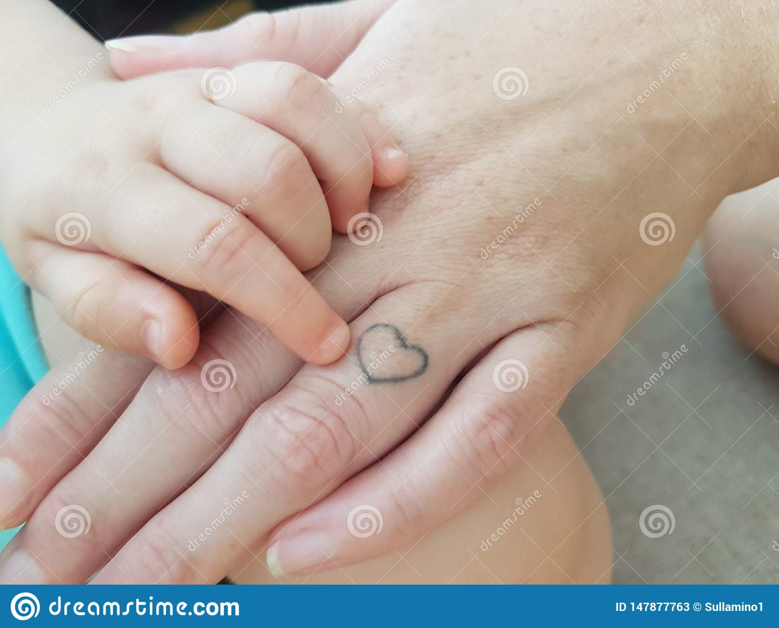男婴的手用妈妈的手