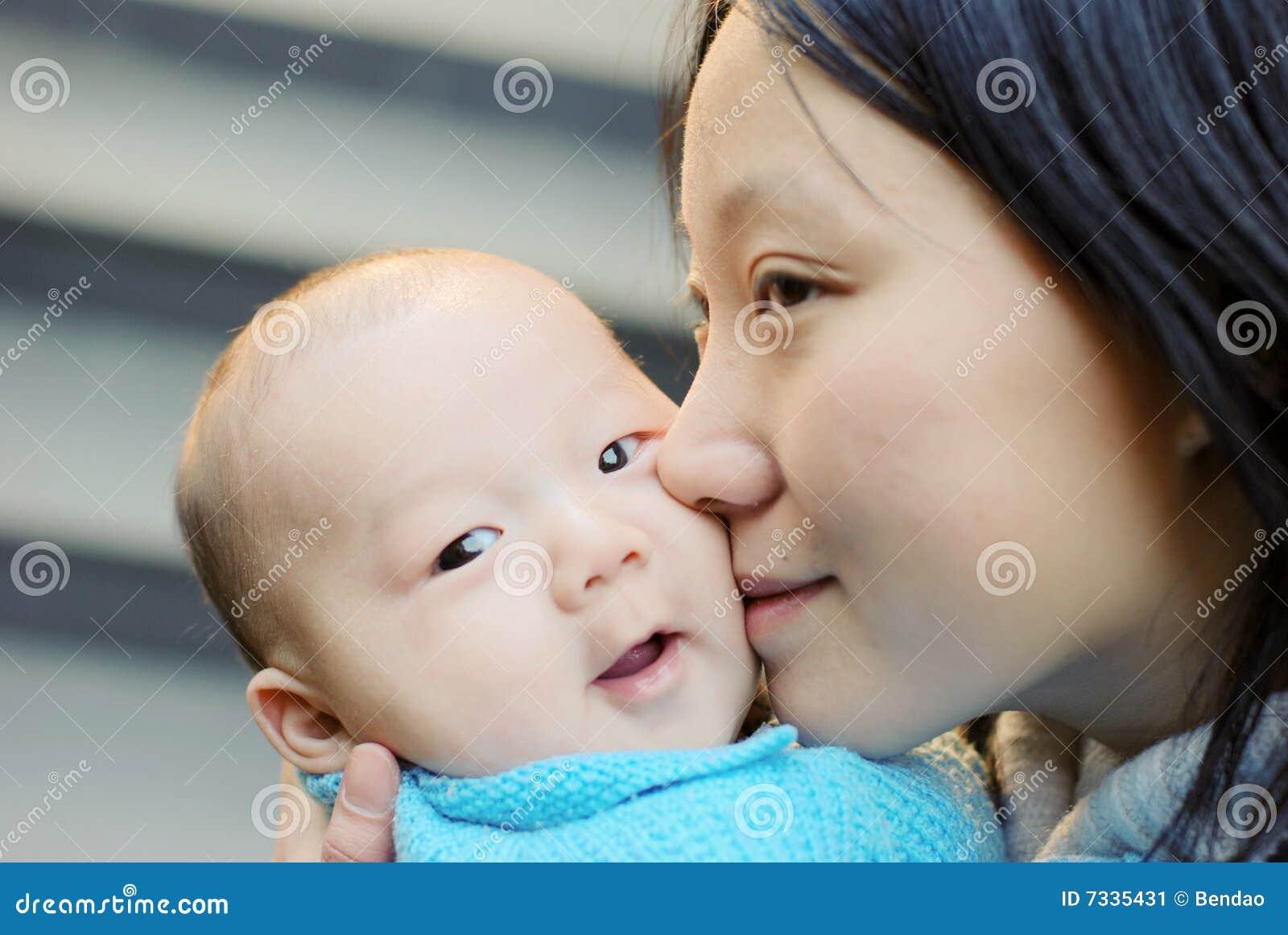 男婴逗人喜爱的母亲