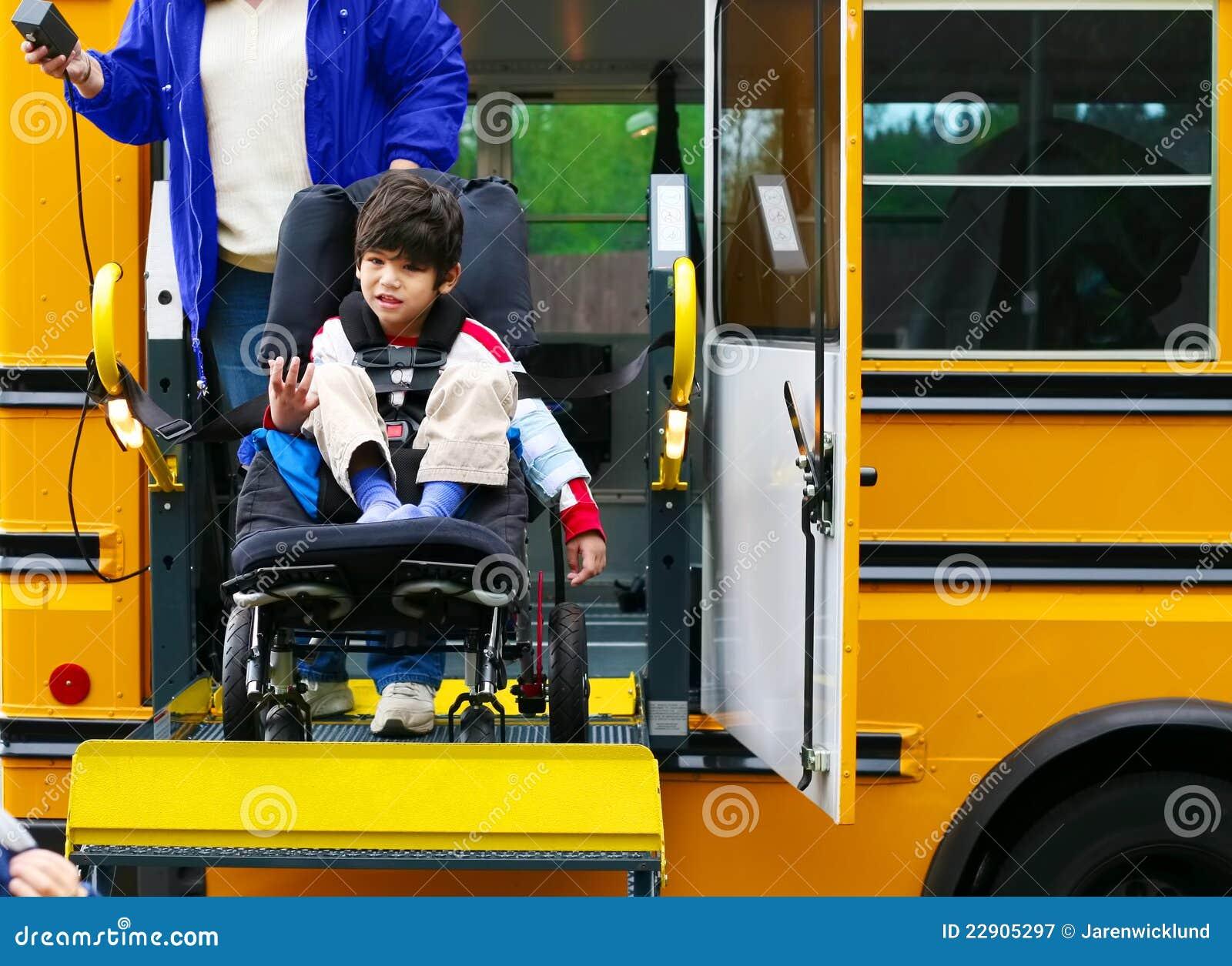男孩公共汽车残疾增强轮椅