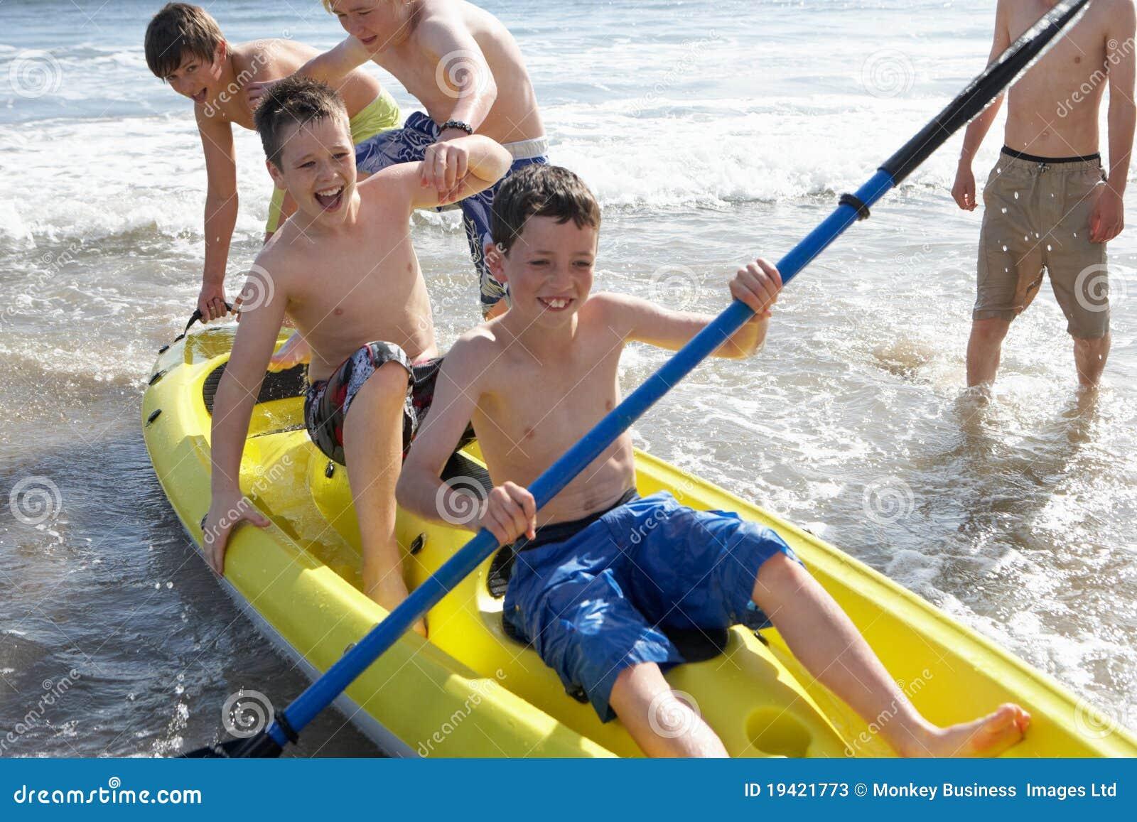 男孩划皮船少年