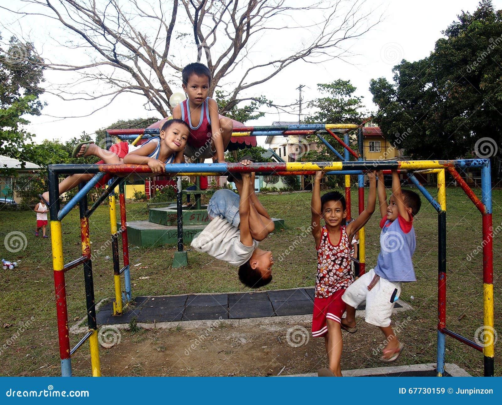年轻男孩和女孩使用在一个操场的在安蒂波洛市,菲律宾