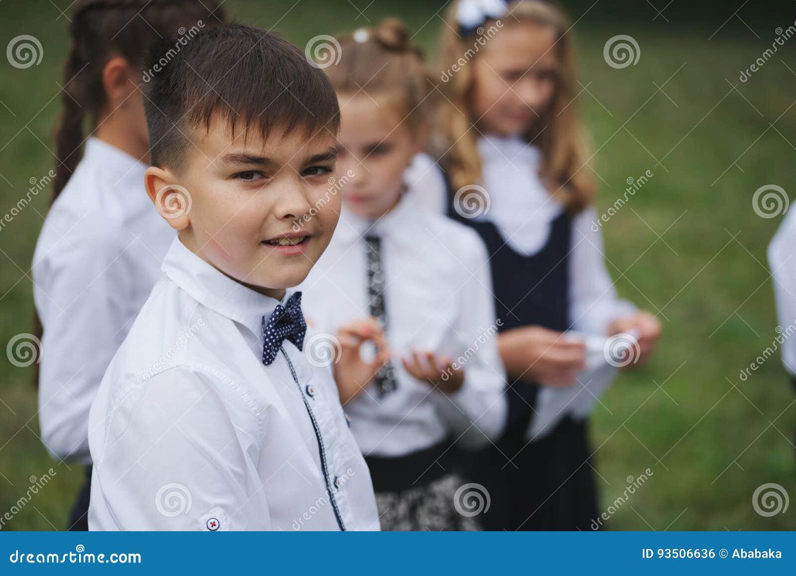 年轻男孩和女孩户外制服的