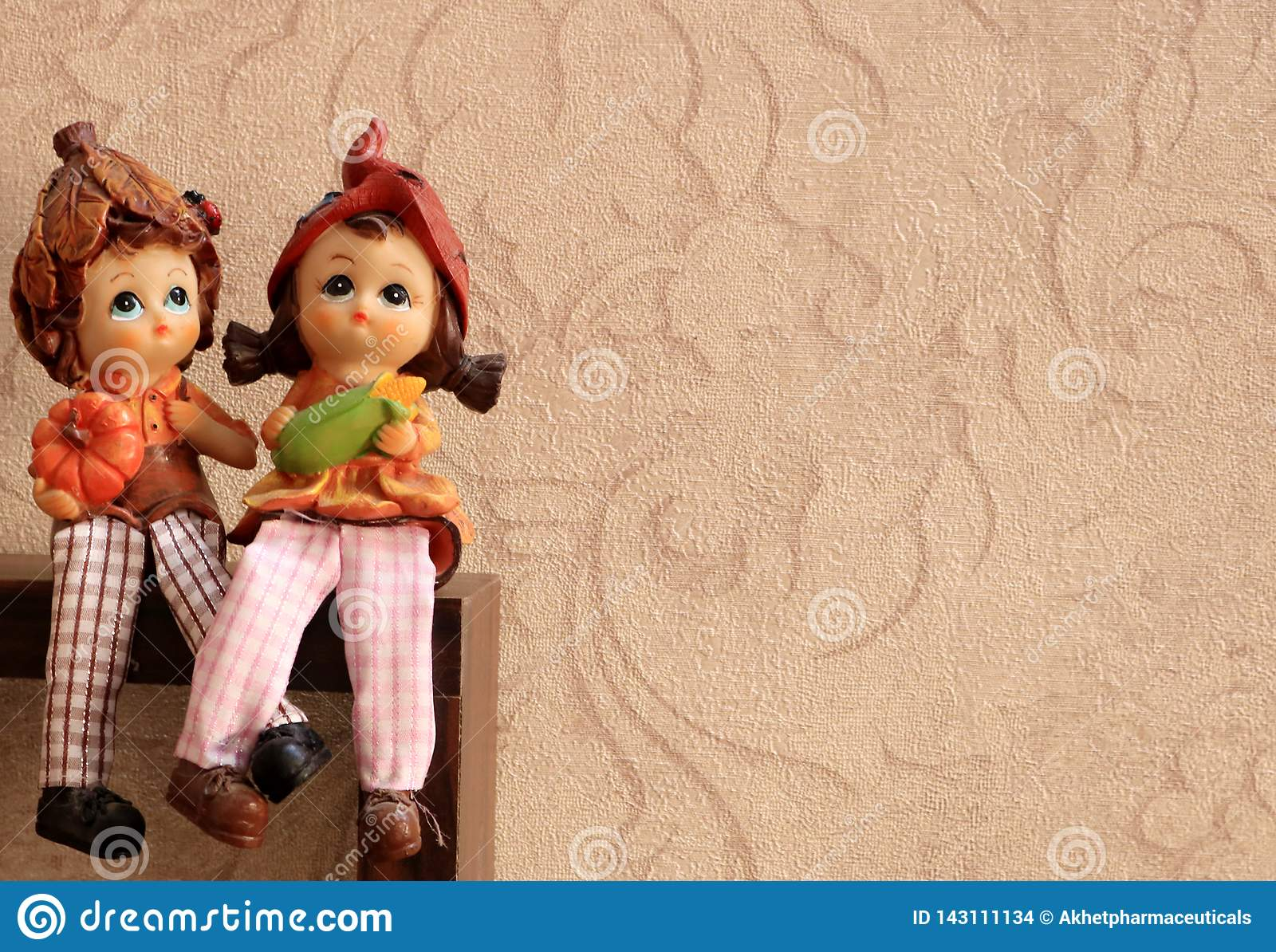 男孩和女孩艺术雕塑坐与腿一起的爱的盘