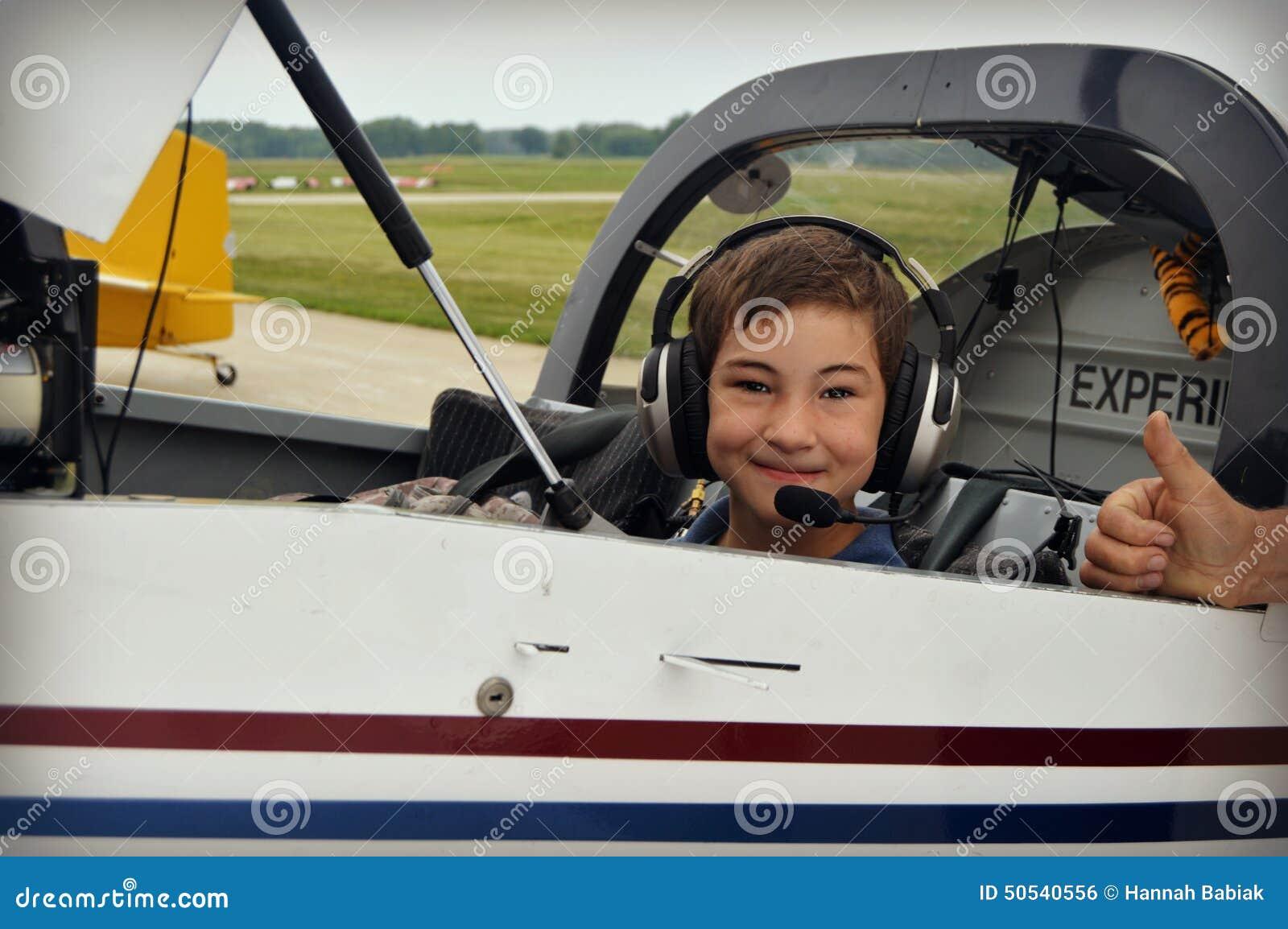 男孩在飞机驾驶舱内