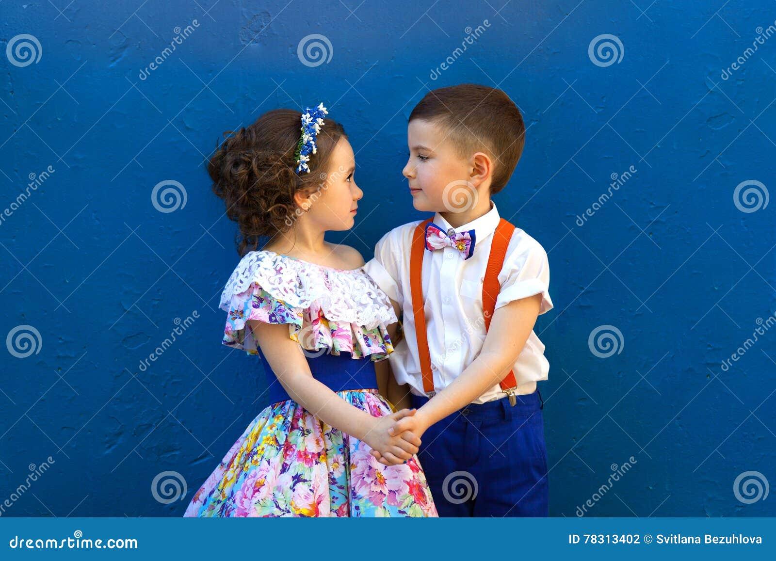 男孩女孩递藏品 Valentine& x27; s天 男孩庭院女孩亲吻的爱情小说