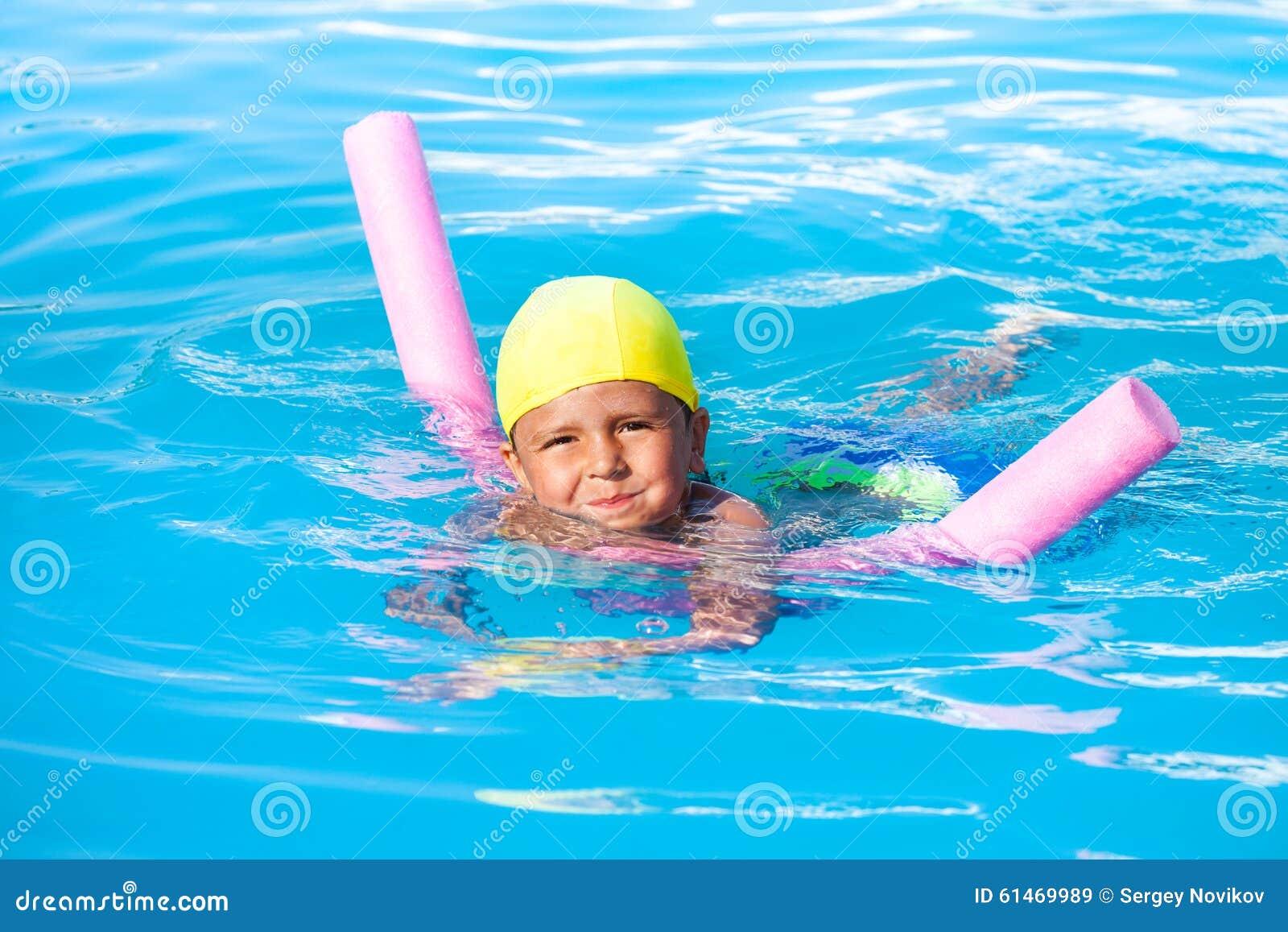 男孩学会单独游泳用水池面条
