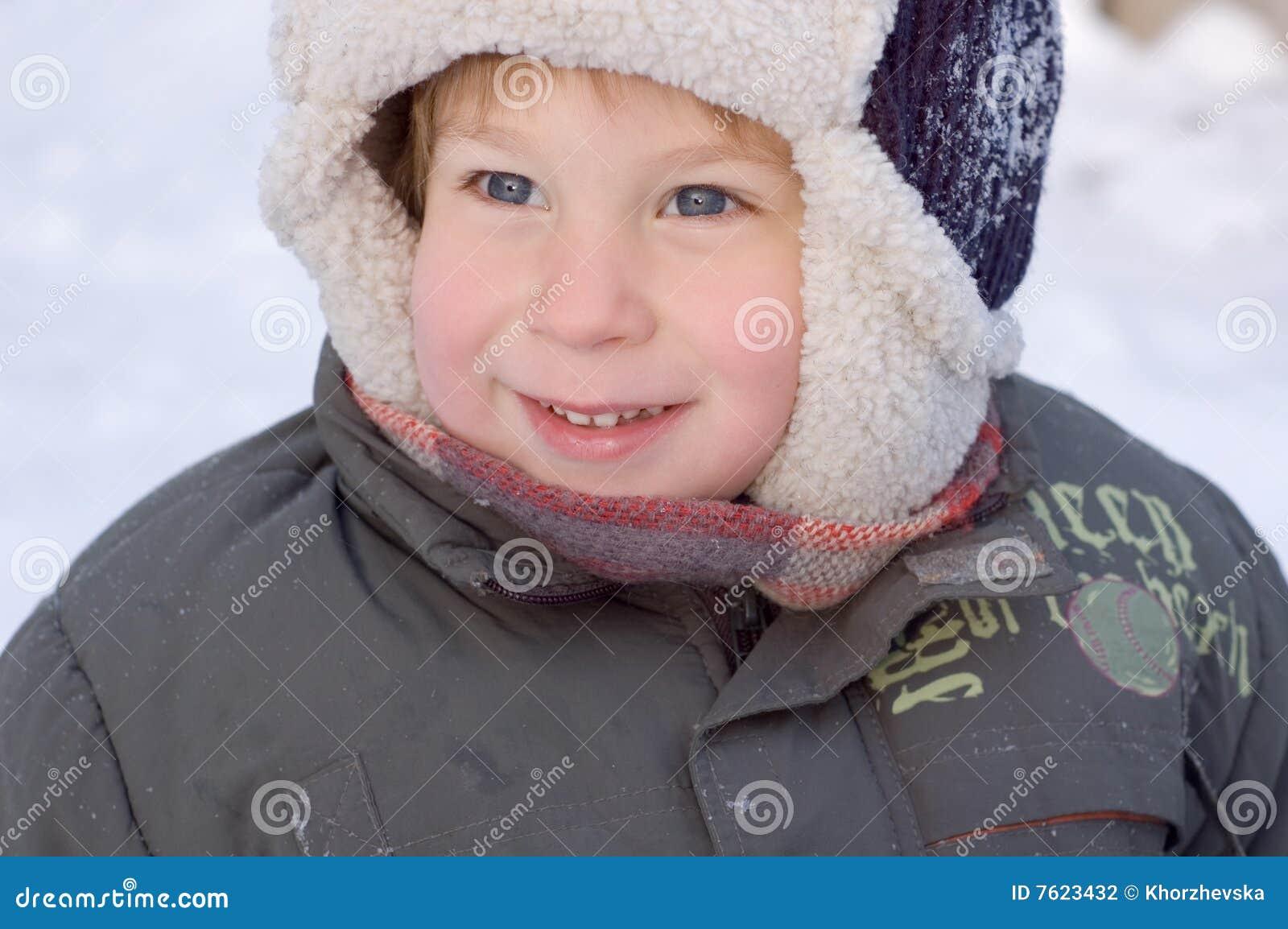 男孩少许纵向冬天