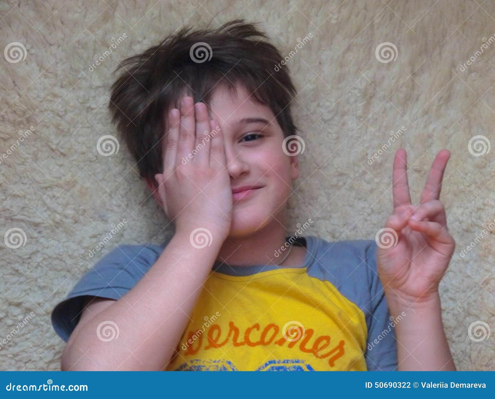 Download 男孩微笑 图库摄影片. 图片 包括有 微笑, 男朋友, 楼层, 愉快, 位于, 其它 - 50690322