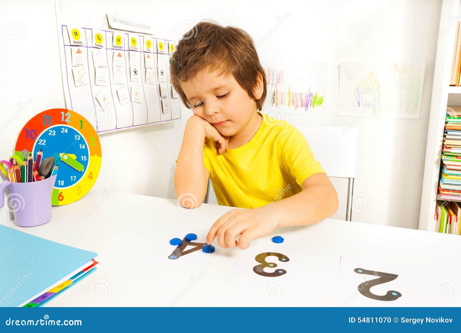 男孩投入学会计数与数字和价值