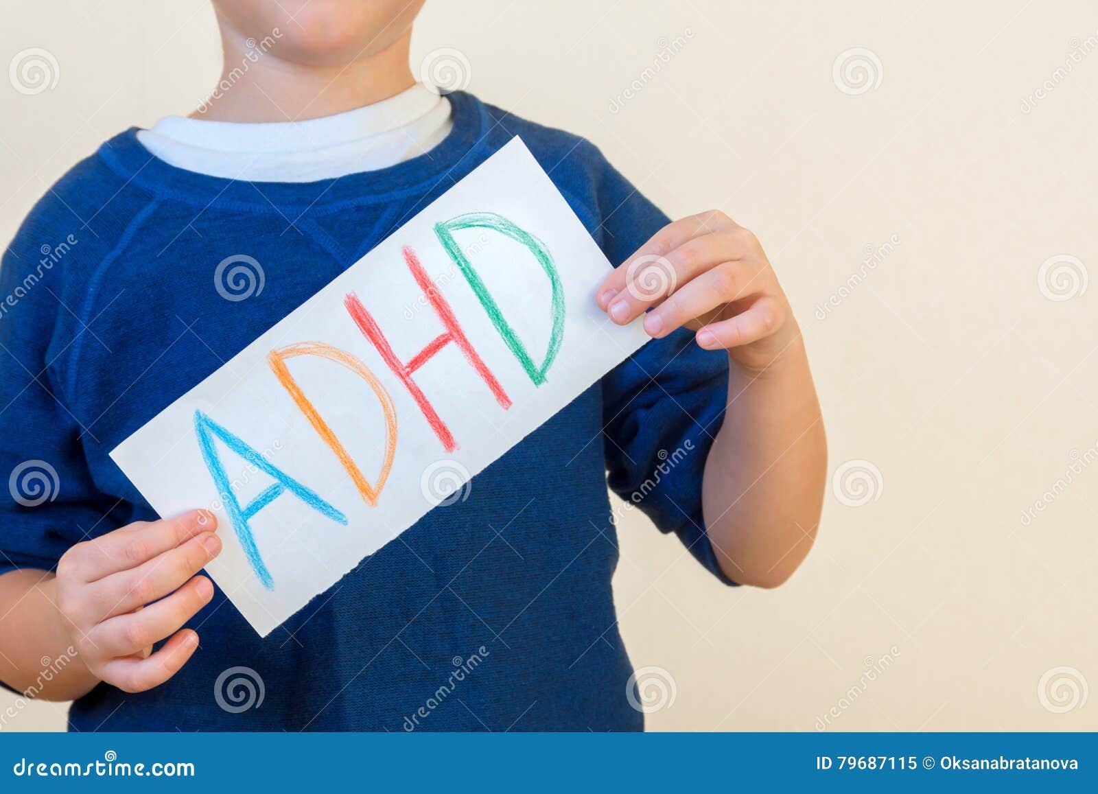 年轻男孩拿着ADHD文本
