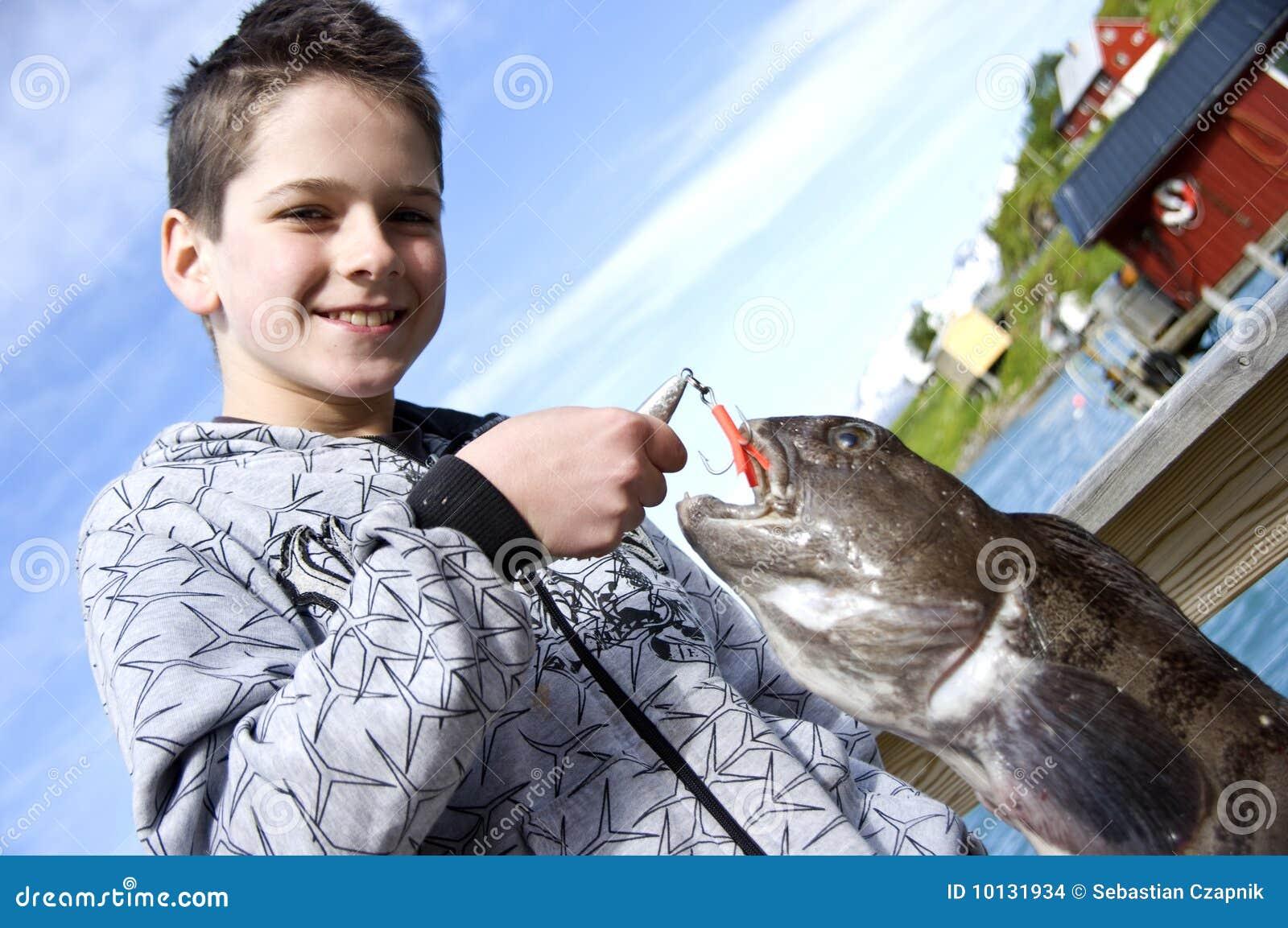 男孩捕鱼战利品