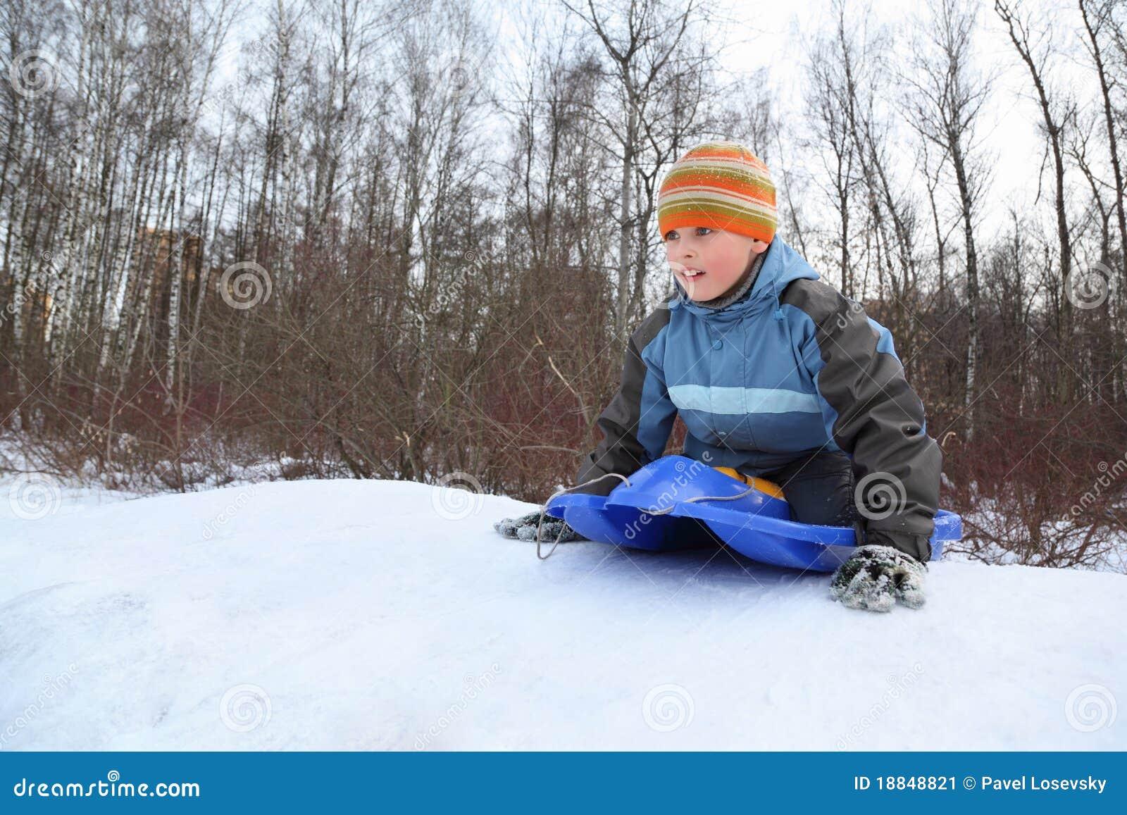 男孩推进小山打算推进冬天