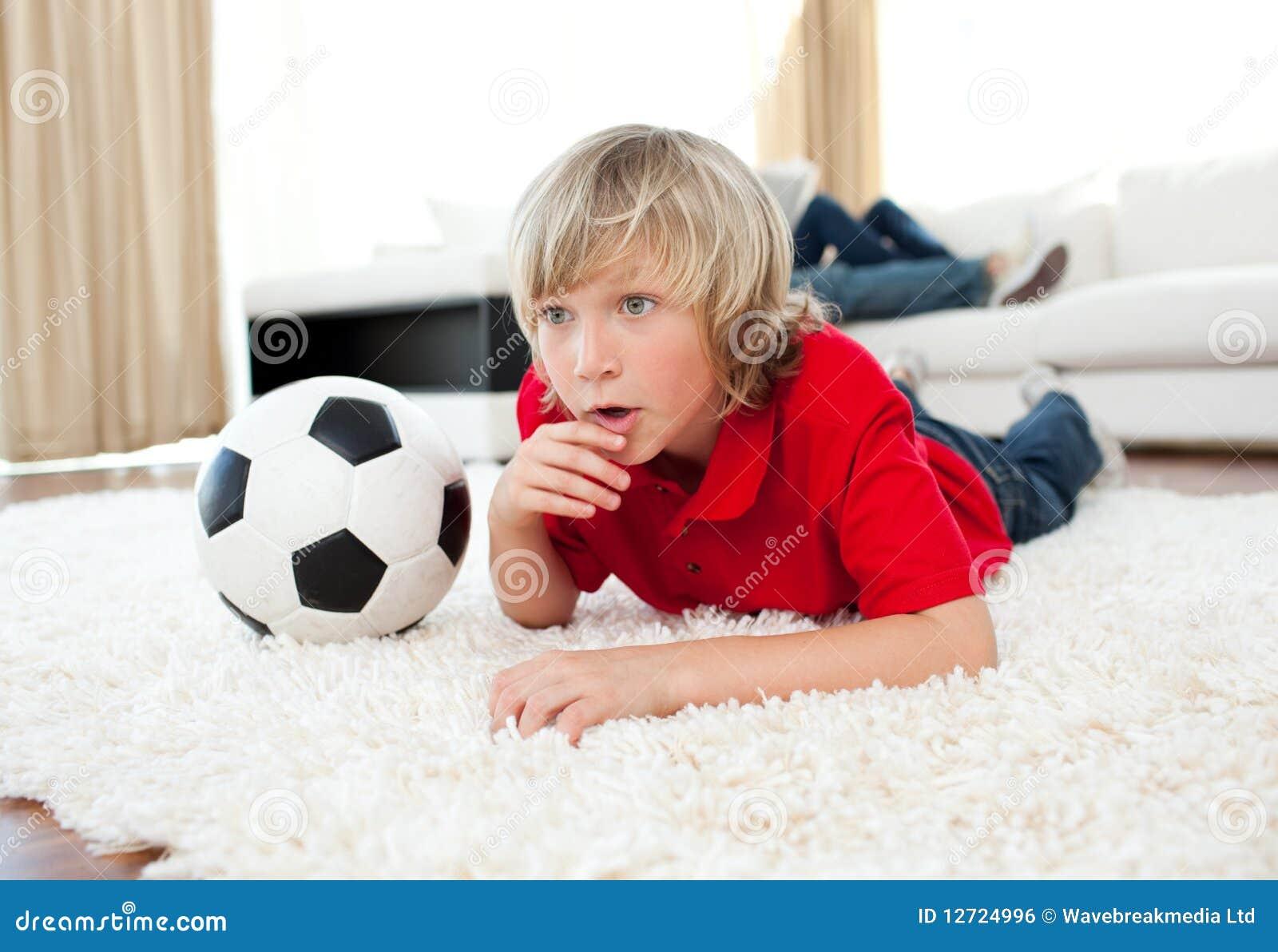 男孩楼层橄榄球位于的符合注意