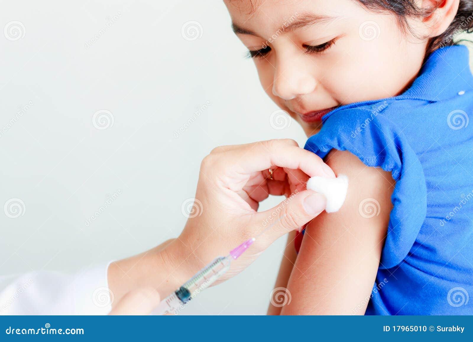 男孩注射器疫苗