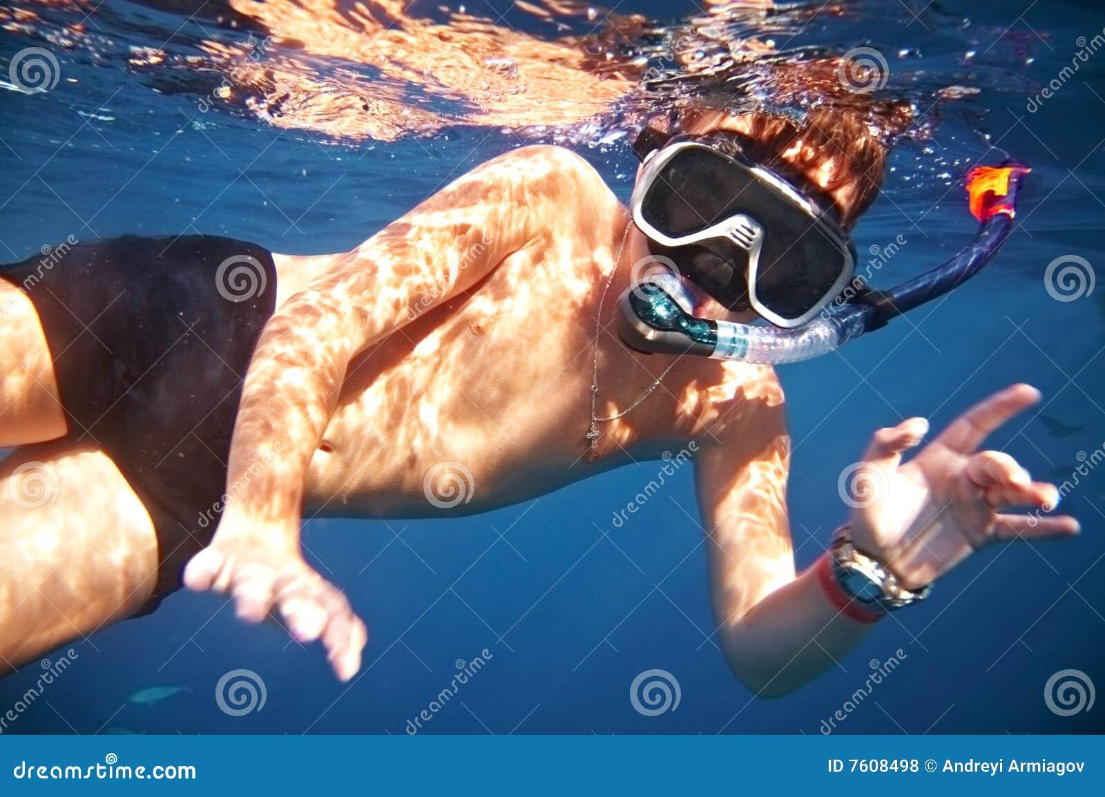 男孩浮动在水之下