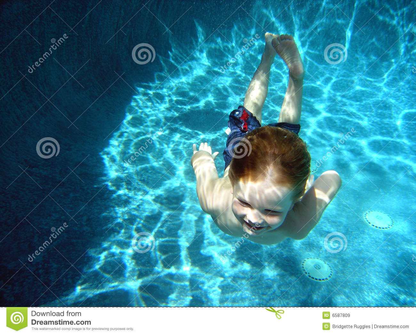 男孩深小的池