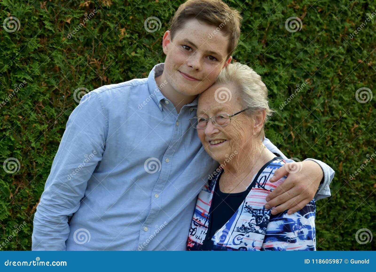 男孩爱恋拥抱他的曾祖母